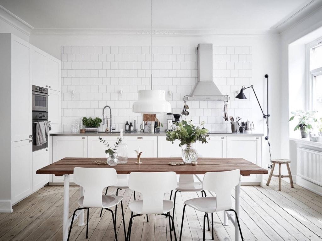 Thiết kế nội thất bếp ăn như thế nào để đảm bảo đầy đủ tiện nghi và sự thoải mái cho cả gia đình?