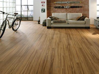 Sàn được lát bằng gỗ công nghiệp