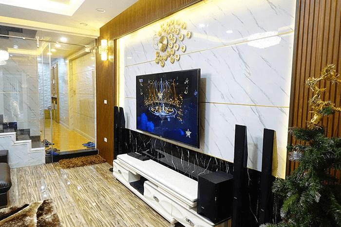 Phòng khách được trang trí bằng tấm nhựa vân đá
